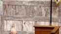 Le Premier ministre grec George Papandréou devant les parlementaires à Athènes. Le Parlement grec a adopté jeudi le projet de loi instaurant un programme d'austérité de 30 milliards d'euros. /Photo prise le 6 mai 2010/REUTERS/John Kolesidis