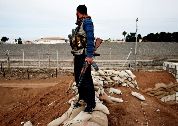 Un membre des YPG dans la ville syrienne de Ras Al-Aïn, près de la frontière turque, le 21 novembre 2013.