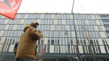 Des éboueurs en grève ont manifesté depuis le toit de la direction de la propreté à Paris.