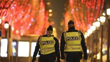 Des policiers sur l'avenue des Champs-Elysées dans la nuit du 31 décembre 2020.
