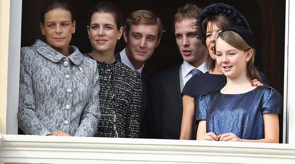 Stéphanie, sa soeur Caroline et ses quatre enfants: Charlotte, Pierre, Andrea et Alexandra.