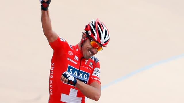 Seul dans le Vélodrome de Roubaix, le Suisse apprécie ce succès à sa juste valeur.