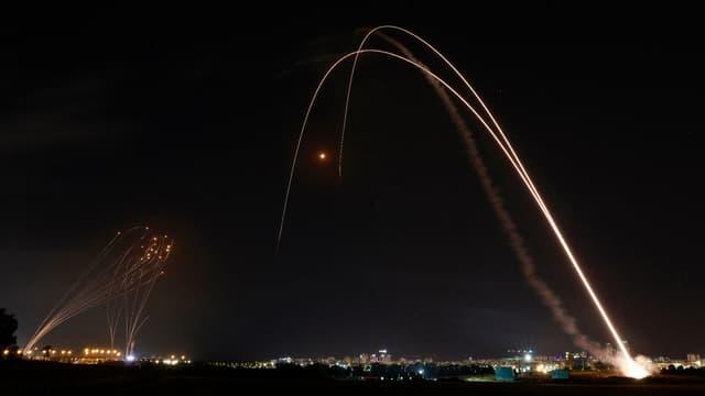 Le système Iron Dome lancé pour intercepter une roquette lancée depuis la bande de Gaza, au-dessus de la ville d'Ashdod, dans le sud d'Israël, le 11 mai 2021.