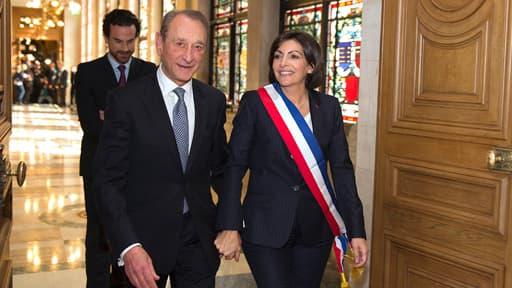 Bertrand Delanoë quitte l'hôtel de ville de Paris avec la nouvelle maire, Anne Hidalgo, le 5 avril dernier.