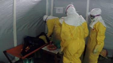 Une équipe de Médecins sans frontières apportant des soins à un malade atteint du virus Ebola en Guinée