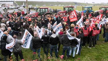 Une manifestation pour demander plus d'effectifs policiers à Calais, lundi 13 octobre 2014.
