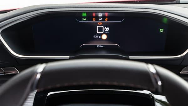L'écran digital derrière le volant remplace astucieusement un affichage tête haute, avec une demi-douzaine de configurations possibles.