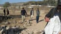 A Hangu, des personnels de sécurité examinent le lieu où le kamikaze s'est fait explosé, tuant un ado de 15 ans qui s'était jeté sur lui.