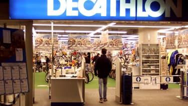 Entrée d'un magasin Decathlon à Paris. (image d'illustration)