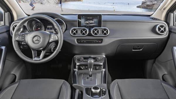 """Mercedes a repris l'organisation de l'habitacle déjà vu sur certains SUV comme le GLC, mais avec des détails propres au Classe X, comme les outils d'aération en forme de """"X""""."""