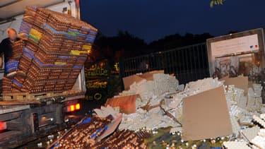 Des producteurs d'œufs déversent des milliers d'œufs devant le centre des impôts de Carhais-Plouger le 7 juillet 2013.