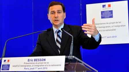 """Face aux critiques des associations et de la gauche, Eric Besson se défend d'avoir préparé un projet de loi sur l'immigration """"liberticide"""", le jugeant """"ferme, mais juste"""". Son projet de loi sur l'immigration vise à renforcer les conditions d'entrée en Fr"""