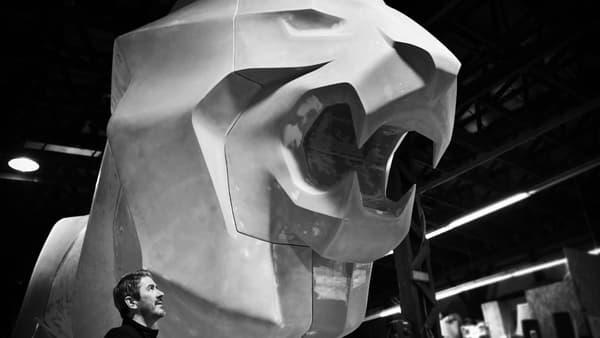 Gilles Vidal, le designer en chef de Peugeot, à côté de la statue du Lion.
