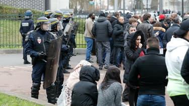 Les CRS font face aux manifestants à Aulnay-sous-Bois.