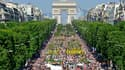 """Visiteurs assistant à la manifestation """"Nature Capitale"""". Le mouvement des Jeunes Agriculteurs a investi les Champs-Elysées en déployant jusqu'à lundi un """"plateau végétal et animal"""" de trois hectares sur la prestigieuse avenue parisienne. /Photo prise le"""