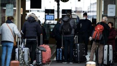 Des policiers contrôlent les voyageurs à la Gare de Lyon, à Paris, lors du premier confinement en France, le 21 mars 2020