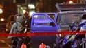 Policier inspectant le véhicule suspect à Times Square. Le secteur de Times Square, à Manhattan en plein New York, a été évacué par la police samedi soir en raison de la présence de ce qui a tout l'air d'être un véhicule piégé, selon le département de pol
