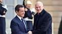 Lors d'une conférence de presse commune avec le Premier ministre grec George Papandréou (à droite), Nicolas Sarkozy a déclaré dimanche que les pays de la zone euro rempliraient leurs engagements d'aide à la Grèce si cela s'avérait nécessaire. /Photo prise