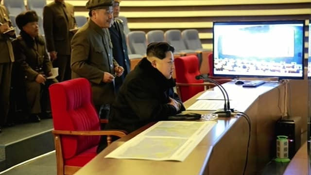 Une image de la télévision nord-coréenne montre Kim Jong-un assistant au lancement de la fusée.