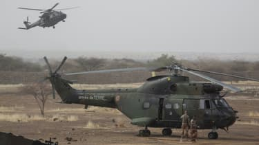 """(Photo d'illustration) Un hélicoptère français """"Puma"""" à une base des forces maliennes, le 27 mars 2019, au Mali."""