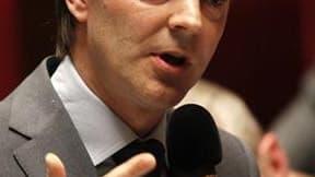 """L'objectif de conserver la note AAA de la dette souveraine française est """"tendu"""" et conditionne en partie les décisions sur la réduction des déficits, déclare dimanche le ministre du Budget, François Baroin. /Photo prise le 4 mai 2010/REUTERS/Charles Plat"""