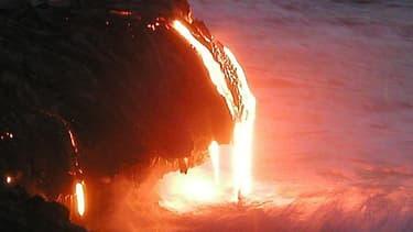 La lave coule du volcan en flot continu depuis plusieurs mois
