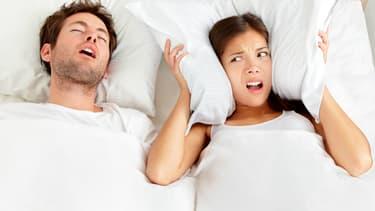 La personne victime d'apnées du sommeil est souvent la dernière à s'en rendre compte. C'est généralement son partenaire, réveillé par ses ronflements, qui constate les pauses respiratoires.