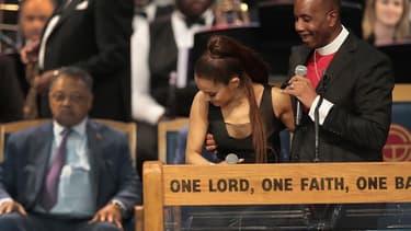 Ariana Grande et l'évêque Charles Ellis, lors des funérailles d'Aretha Franklin, le 31 août 2018 à Detroit.