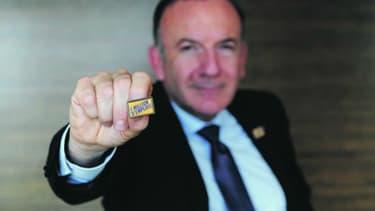 Pierre Gattaz, le patron du Medef se sert de pin's pour faire passer les messages de son syndicat.