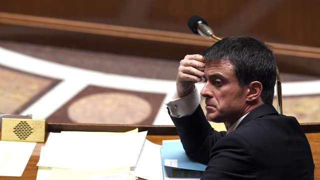 Manuel Valls fait des annonces sur la SNCF.