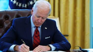 Le président américain Joe Biden signe des décrets présidentiels à la Maison Blanche, à Washington le 28 janvier 2021