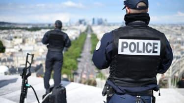 Des policiers sur l'Arc de Triomphe pour le défilé du 14 Juillet 2016 à Paris