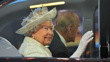 La Reine Elizabeth II en 2014, en voiture avec le Prince Philippe, et déjà sans ceinture de sécurité.