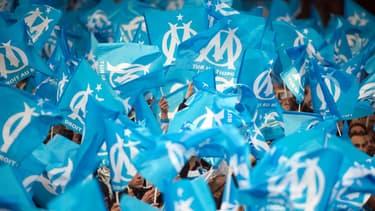 Des supporters olympiens agitent des drapeaux de l'OM