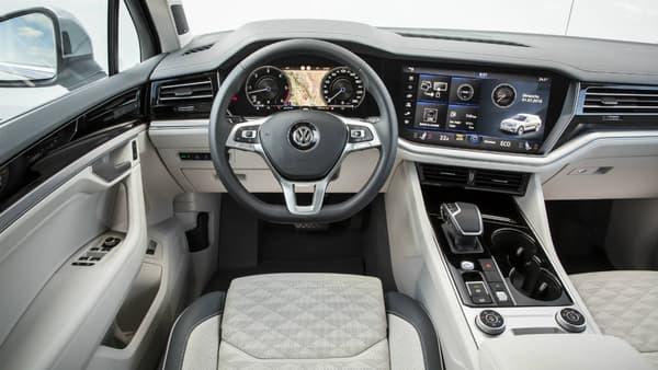 L'Innovision Cockit associe le Digital Cockpit (écran des compteurs) de 12,3 pouces au Discover Premium de 15 pouces. Ses points forts:  une très bonne définition d'écran et une réponse au toucher quasi-parfaite (le cas chez VW depuis quelques années).