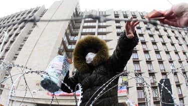 A Donetsk, une activiste pro-Russe collecte de l'argent pour son camp devant le batiment d'Etat régional.