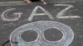 Plusieurs centaines de personnes ont manifesté à Paris pour protester contre l'exploitation des gaz et huiles de schiste en France, alors que l'Assemblée nationale s'apprête à interdire partiellement cette pratique. /Photo prise le 10 mai 2011/REUTERS/Jac