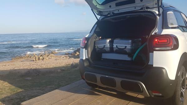 Le volume de coffre est donné à 410 litres et peut grimper à 520 litres avec la banquette arrière avancée au maximum (mais pas rabaissée). En abaissant le siège passager avant, une petite planche de surf peut se loger facilement.