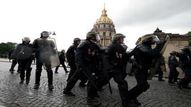 Des CRS durant la manifestation du 12 mai 2016 contre la Loi Travail, à Paris.