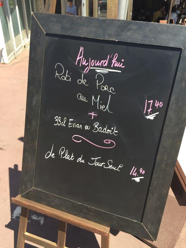 Le menu du jour d'un restaurant proche de la Croisette à Cannes.
