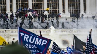Affrontements entre des partisans du président américain Donald Trump et les forces de l'ordre sur les marches du Capitole le 6 janvier 2021 à Washington