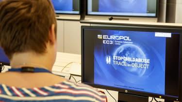 Europol lance un site internet pour aider à l'identification des pédophiles.