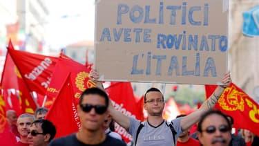 Des milliers de personnes ont manifesté samedi à Rome contre la politique d'austérité et le taux de chômage élevé en Italie, enjoignant au gouvernement de coalition d'Enrico Letta de se concentrer sur la création d'emplois pour sortir la deuxième économie