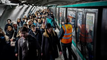 Les rares lignes de métro ouvertes sont prises d'assaut.