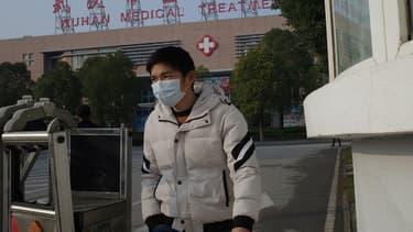 Un homme sort du Wuhan Medical Treatment Center, où un homme mort d'une mystérieuse pneumonie était traité, à Wuhan, en Chine, le 12 janvier 2020