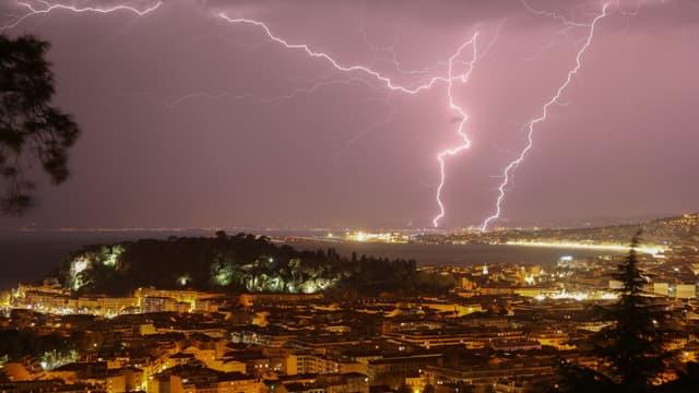 La foudre lors d'un orage à Nice en octobre 2019
