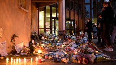 Samedi 17 octobre 2020, des dizaines de personnes ont rendu hommage à Samuel Paty, le professeur décapité à Conflans-Sainte-Honorine.