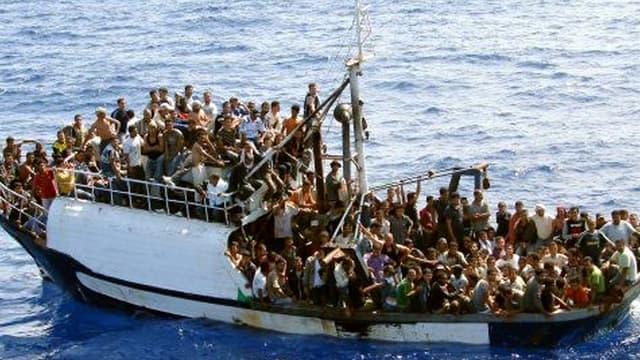 Un bateau de migrants, en 2008, sur la Méditerranée.