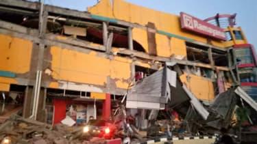 Un centre commercial effondré à Palu, en Indonésie, après qu'un séisme de magnitude 7,5 a frappé l'île le 27 septembre 2018.