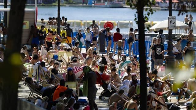 Touristes et habitants profitent de La Baignade, installation de Paris Plage, le 5 août 2018.